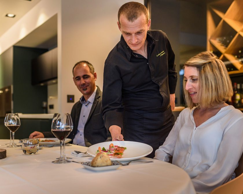 Le chef Laurent Paoli cuisine à domicile pour des clients.