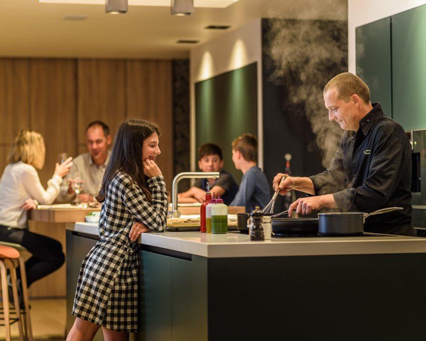 Le chef Laurent Paoli cuisine à domicile pour une famille.