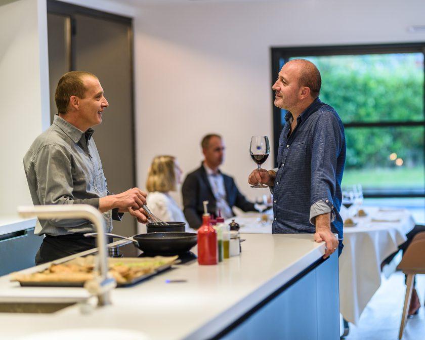 Le chef Laurent Paoli cuisine à domicile pour des amis.