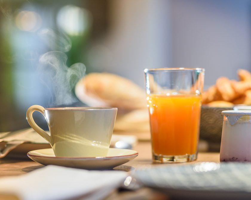 Tasse de café, jus d'orange et viennoiseries au petit-déjeuner, préparé par le chef Laurent Paoli.