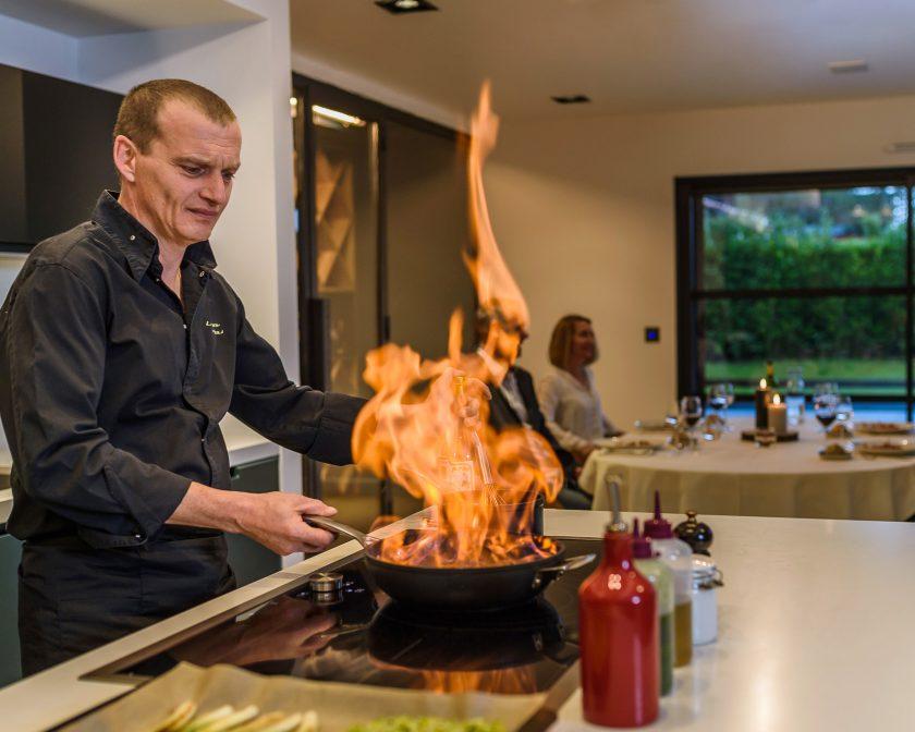 Le chef Laurent Paoli cuisine à domicile.