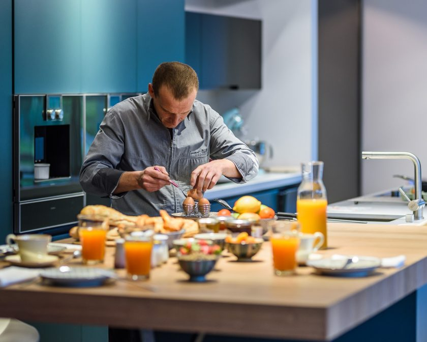 Le chef privé Laurent Paoli cuisine le petit-déjeuner à domicile.