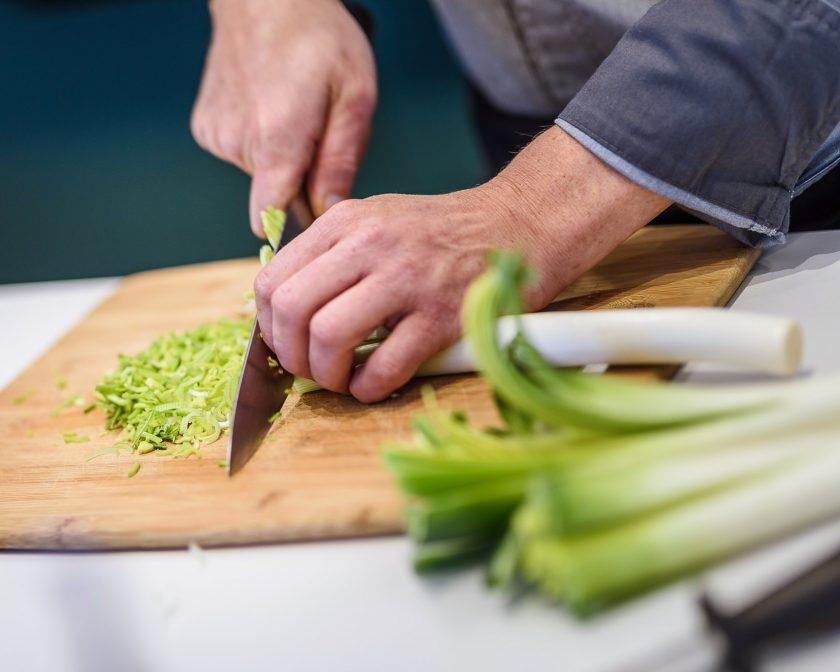 le chef Laurent Paoli cuisine des légumes à domicile